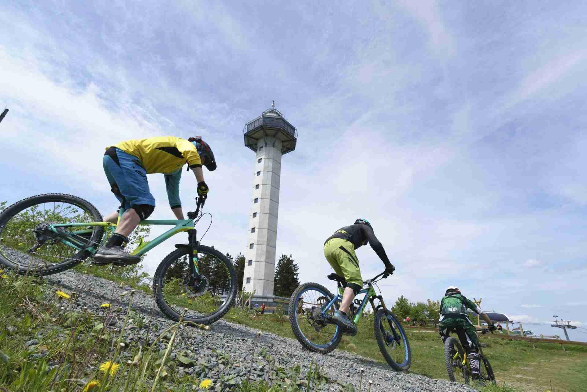 touristinfo-willingen-mountainbiker-hochheideturm-e1551114575520.jpg